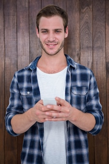 Hipster bonito olhando para smartphone