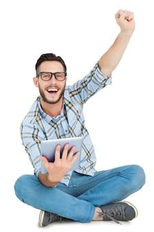 Hipster bonito usando tablet pc e cheering