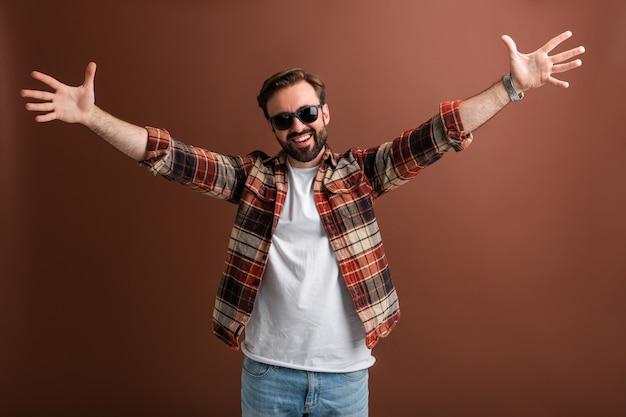 Hipster brutal e sorridente, bonito, elegante, barbudo, emocional, homem feliz