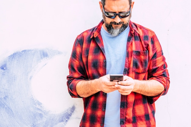 Hipster colorido pessoas adulto homem com barba usando um telefone moderno celular inteligente