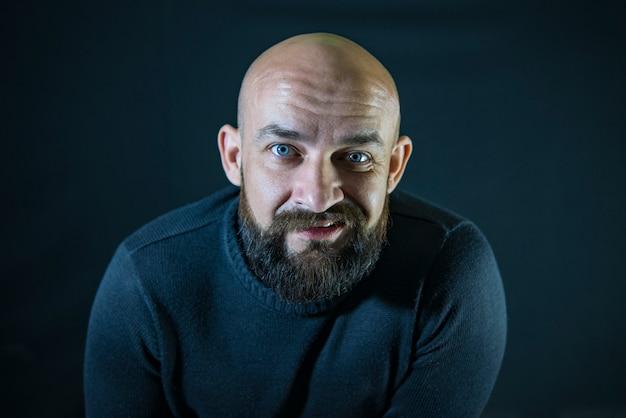 Hipster de bigode barbudo careca. retrato. olhos azuis