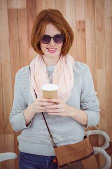 Hipster de cabelo vermelho beber café