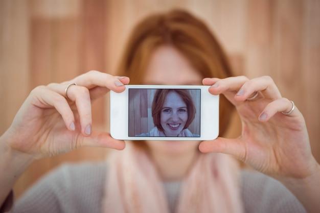 Hipster de cabelos vermelho tomando selfie