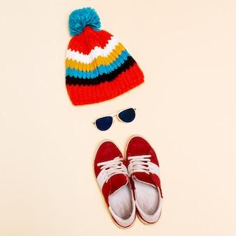 Hipster de estilo minimalista conjunto chapéu moda tênis óculos