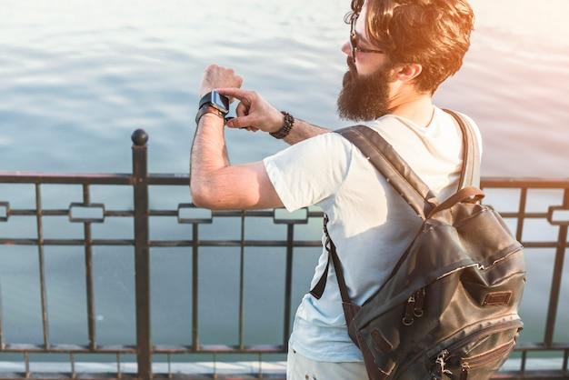 Hipster em férias junto ao lago