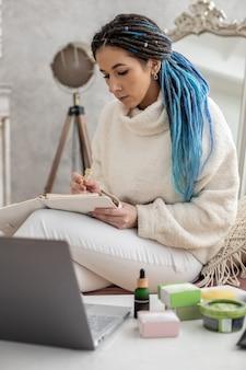 Hipster empresária empresária do marketing empresarial de rede assistindo reunião on-line usando laptop