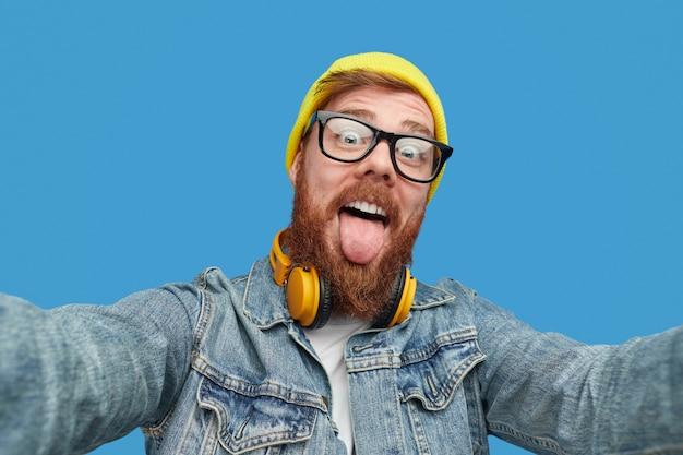 Hipster engraçado tirando selfie