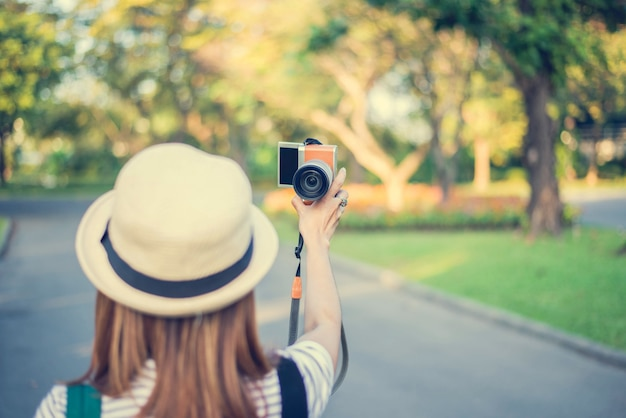 Hipster estilo mulheres selfie foto na rua