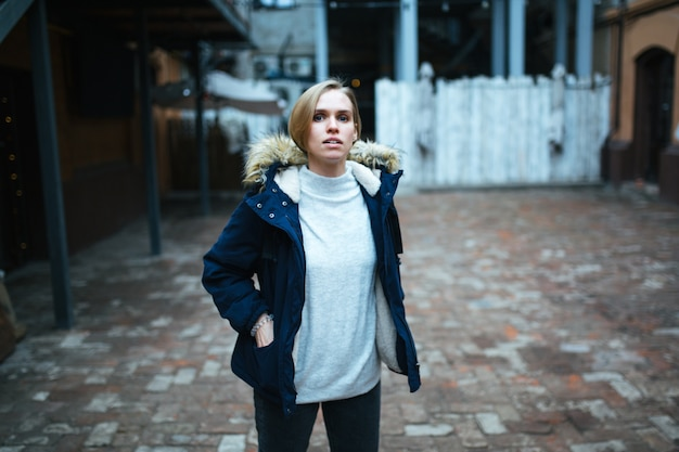Hipster garota vestindo casaco azul escuro