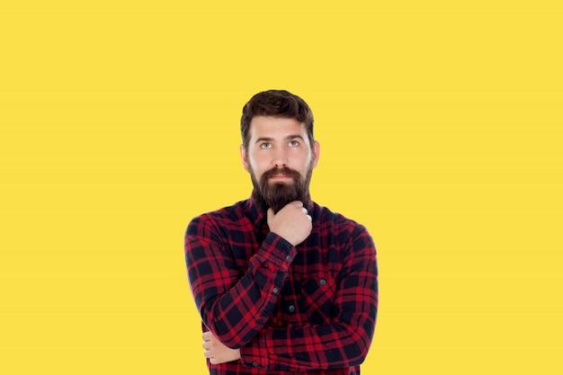 Hipster homem com barba grande sobre um fundo amarelo