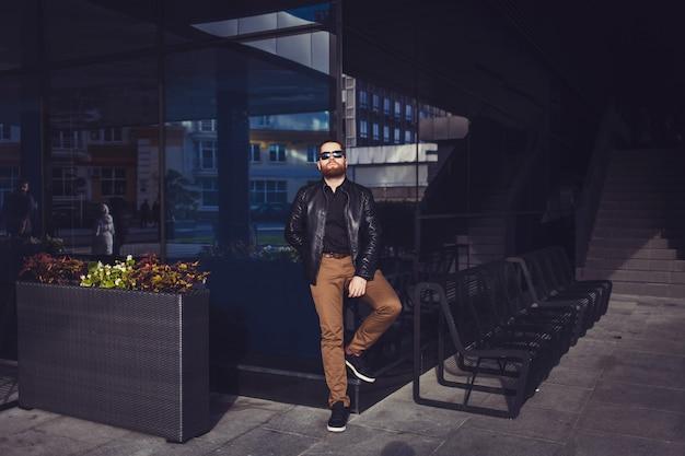 Hipster homem com barba, usando óculos escuros