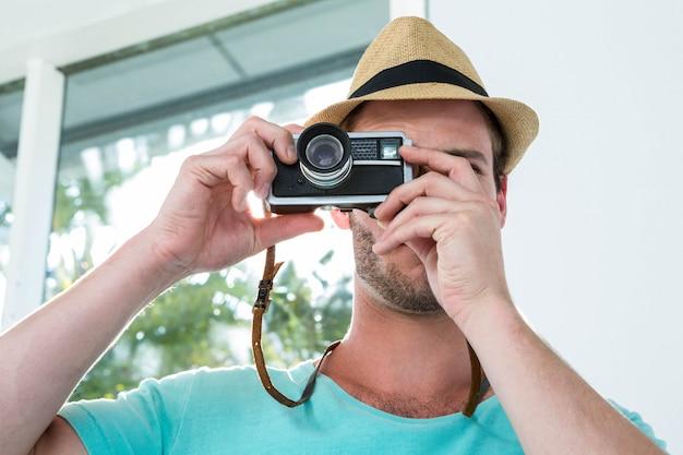 Hipster homem tirando foto com a câmera