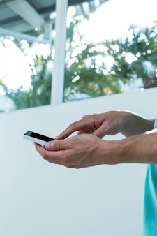 Hipster homem usando smartphone em casa