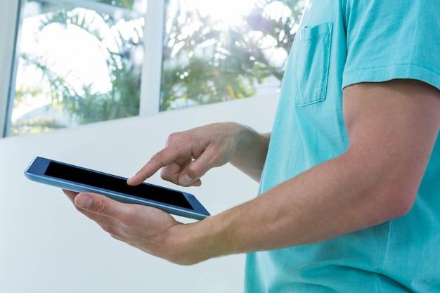 Hipster homem usando tablet em casa