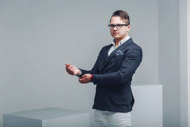 Hipster jovem em um terno azul