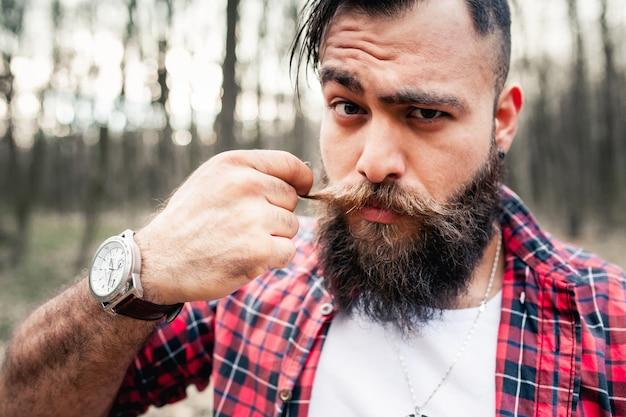 Hipster lumberjack machado motosserra barba barba