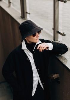 Hipster mulher na moda chapéu preto casaco óculos de sol