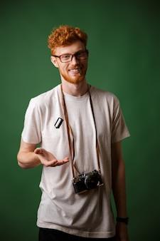 Hipster readhead elegante bonito em camiseta branca com câmera fotográfica retrô