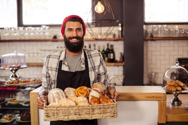 Hipster segurando um pão de caixa