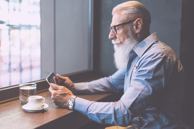 Hipster sênior com retratos de barba elegantes