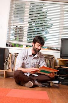 Hipster urbano jovem com coleção de registro