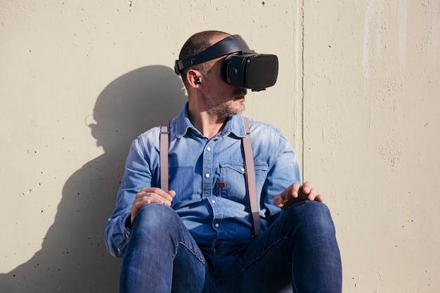 Hipster usando óculos de realidade virtual