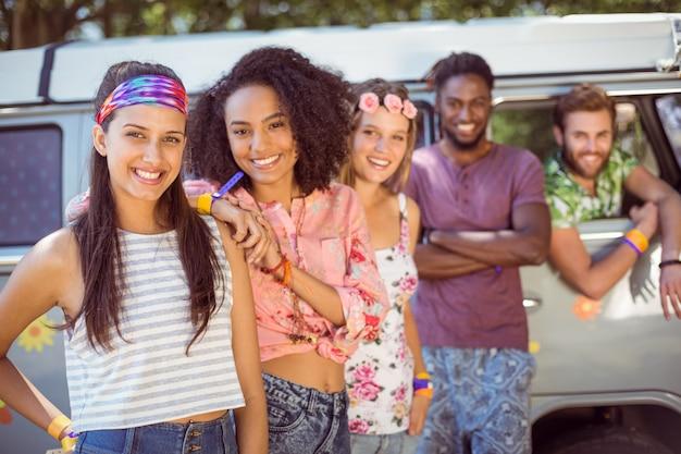 Hipsters saindo de caravana