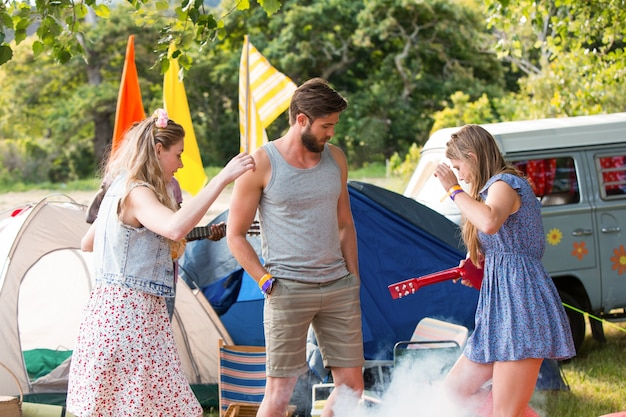 Hipsters se divertem em seu acampamento