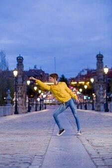 Hispânica jovem dançarina contemporânea ritmo alegre estilo de vida dança energética e divertida