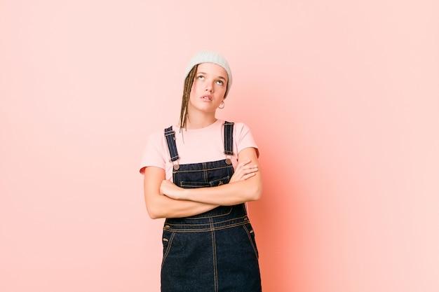 Hispter adolescente mulher cansada de uma tarefa repetitiva