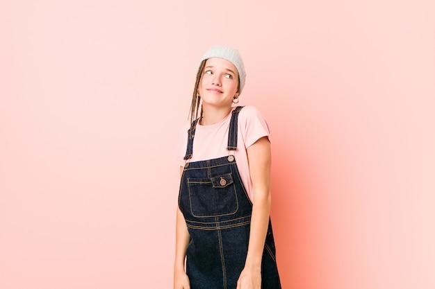 Hispter adolescente mulher sonhando em alcançar metas e propósitos