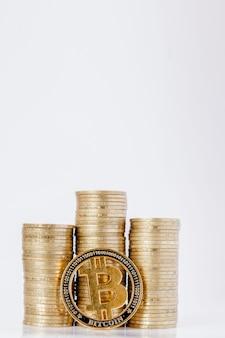 Histograma de moedas e bitcoin no branco