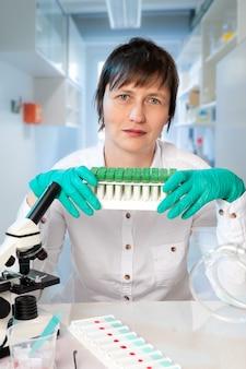 Histopatologista no local de trabalho