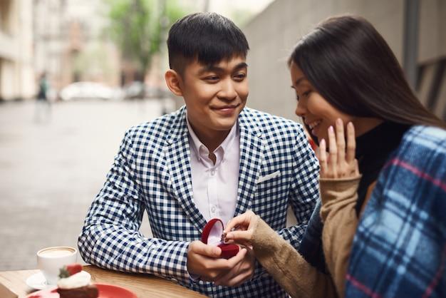 História de amor da proposta de união de pares asiáticos.