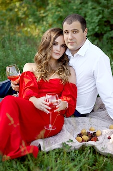 História de amor de um casal apaixonado de homens e mulheres na primavera na natureza na floresta. alguns abraços, piquenique no parque