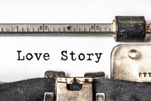 História de amor digitada palavras em uma máquina de escrever vintage.