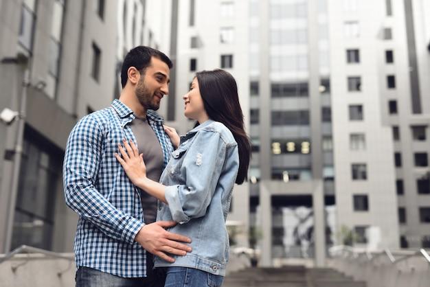 História de amor em dia chuvoso maçante menino e menina abraçando.