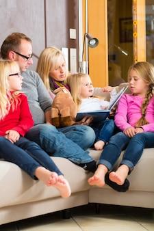História de leitura familiar no livro no sofá em casa