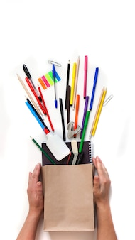 Histórico escolar, material escolar, ferramentas de escrita em uma bolsa kraft
