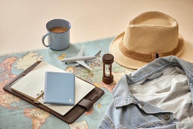 Ho chi minh city, vietnã - 22 de setembro de 2018: conceito de férias com roupa de viajante no topo do fundo pastel