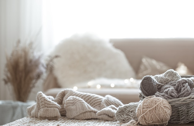 Hobbies em casa, fios de tricô na mesa.