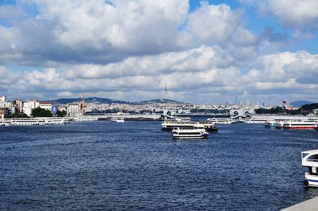 Hoje o dia está desagradável. panorama da baía do chifre de ouro. vista de navios na baía e barcos de recreio. istambul, turquia, 10 de julho de 2021