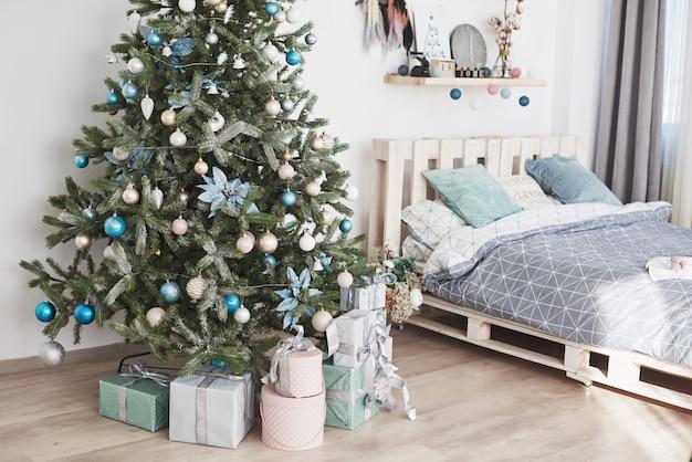 Holdiay lindo quarto decorado com árvore de natal com presentes debaixo dela