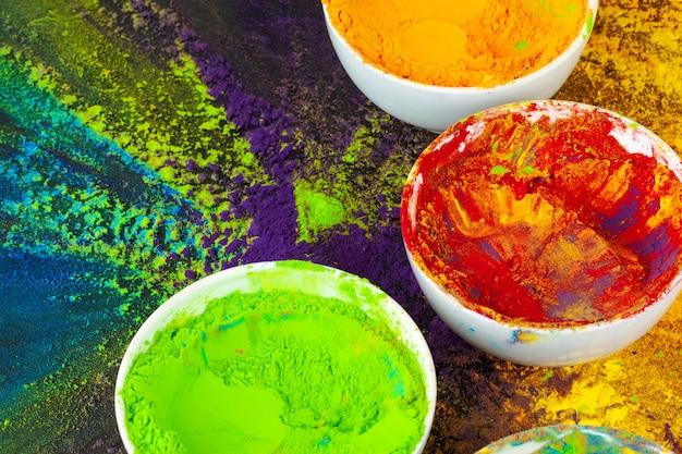 Holi festival indiano cores em pequenas tigelas no escuro