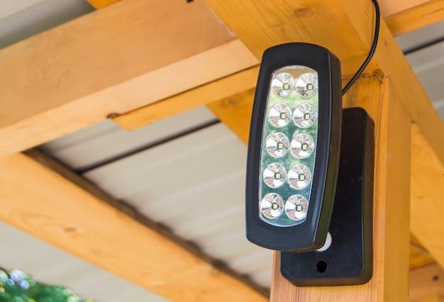 Holofote led, projetor na parte superior da cobertura, para iluminar uma casa de campo.