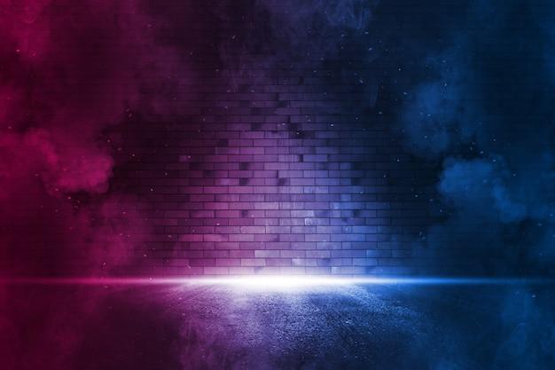Holofote na parede de tijolos de néon com fumaça. reflexos de néon no asfalto molhado. cena vazia com espaço de cópia.