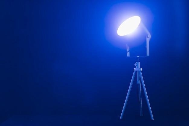 Holofotes com luz azul