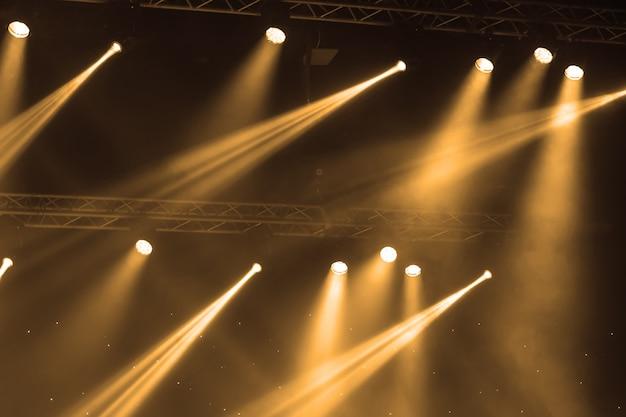 Holofotes de palco com raios laser. fundo de iluminação de concerto