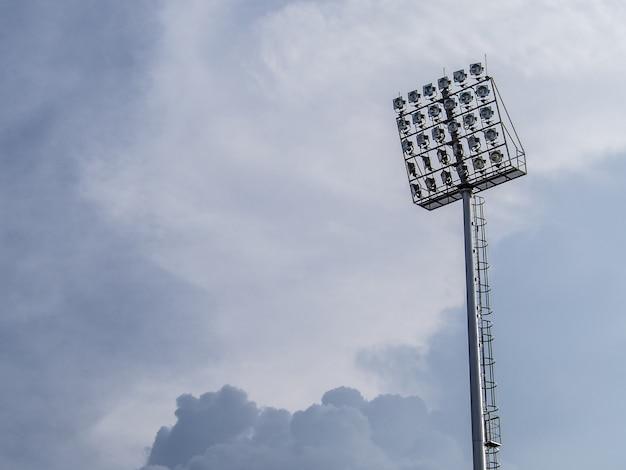Holofotes de pilar no céu azul