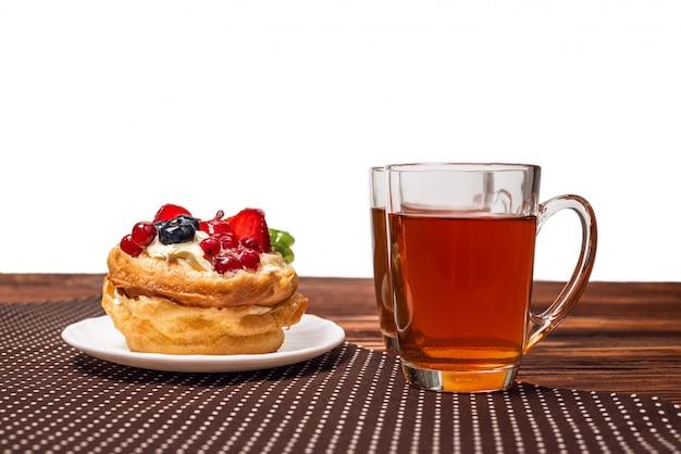 Hom feito bolo com creme e frutas e chá
